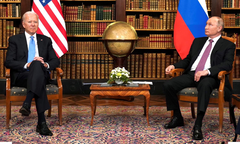 الرئيس الأمريكي، جو بايدن، مع الرئيس الروسي، فلاديمير بوتين، خلال الاجتماع الأول بينهما في جينيف (رويترز)