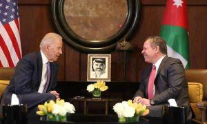 ملك الأردن، عبد الله الثاني، مع الرئيس الأمريكي، جو بايدن، (حين كان نائبًا للرئيس الأمريكي) في 2016 (AFP)