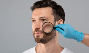 طبيب جلدية يفحص مريضه (شترستوك)
