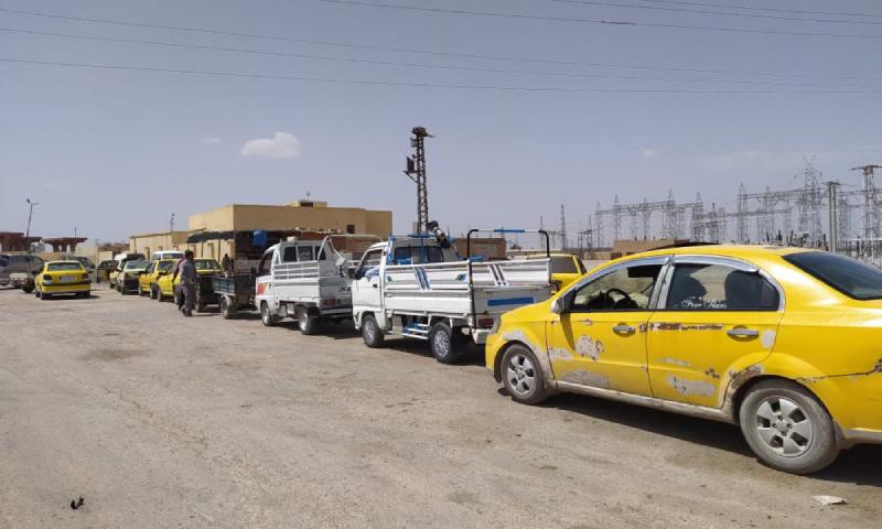 رتل سيارات يقف على إحدى محطات الوقود في الرقة 16 من نسيان 2021 (حسام العمر/عنب بلدي)