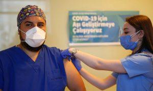 """التطعيم ضد """"كورونا"""" في تركيا (الأناضول)"""