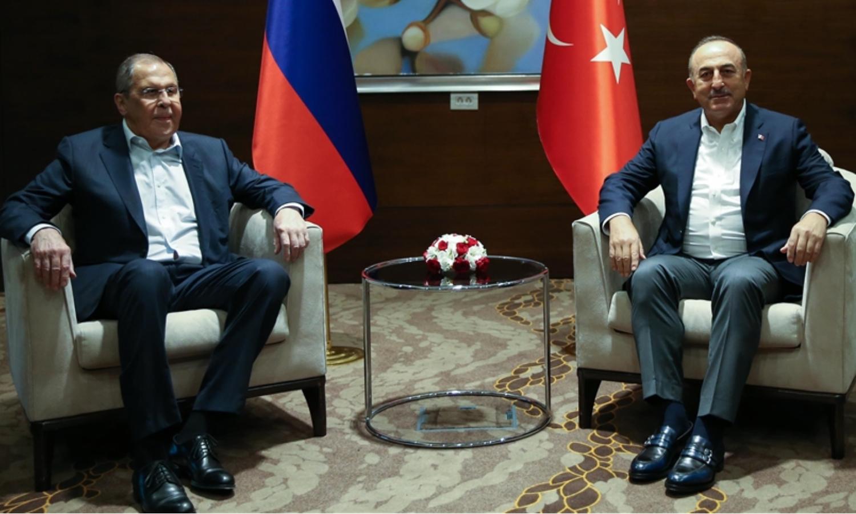 وزيرا الخارجية، الروسي، سيرغي لافروف، والتركي، مولود جاويش أوغلو في أنطاليا التركية في 30 من حزيران 2020 (الأناضول)