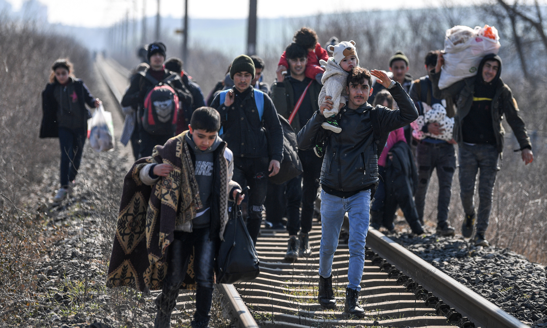 لاجئون يعبرون الحدود التركية اليونانية (AFP)
