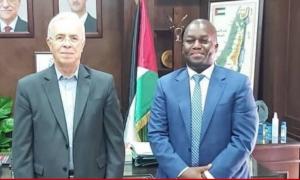 """مدير شؤون """"أونروا"""" في سوريا، أمانيا مايكل إيبي، مع السفير الفلسطيني سمير الرفاعي، 2021، """"مجموعة العمل من أجل فلسطينيي سوريا""""."""