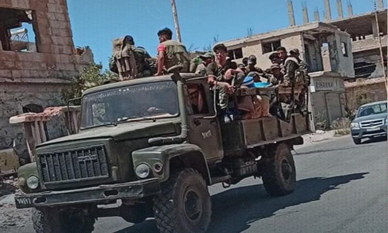 جنود من قوات النظام في مدينة درعا البلد- 27 من تموز 2021 (وكالة نبأ)