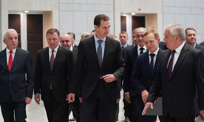 رئيس النظام السوري، بشار الأسد، مع الوفد الروسي برئاسة المبعوث الخاص للرئيس الروسي فلاديمير بوتين، ألكسندر لافرنتييف - 26 من تموز 2021 (سانا)