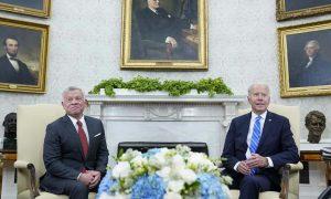 الرئيس جو بايدن ، يلتقي بالعاهل الأردني الملك عبد الله الثاني ، من اليسار ، في المكتب البيضاوي للبيت الأبيض في واشنطن ، الإثنين ، 19من تموز ، 2021 (AP)