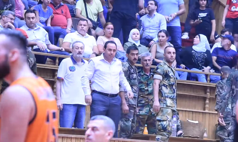 رئيس نادي الجيش لكرة السلة بالزي العسكري في ملعب الفيحاء في دمشق - 1 تموز 2021 (صفحة جمهور نادي الوحدة في فيس بوك)
