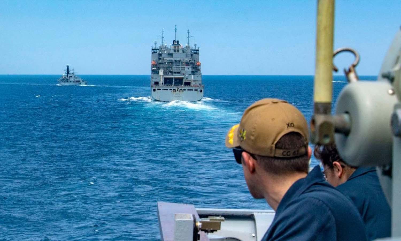 البحرية الأمريكية والقوات البحرية الأخرى السفن عبر المناطق المعادية في منطقة الخليج_30 من تموز 2021 (AFP)