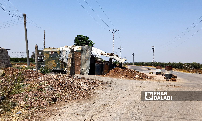 حاجز عسكري يتبع للفرقة الرابعة تسوية بعد سيطرة فصائل المعارضة عليه في قرية زيزون بريف درعا الغربي - 29 تموز 2021 (عنب بلدي \ حليم محمد )