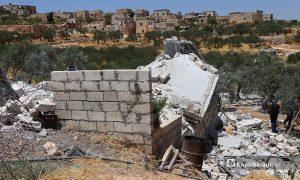 """استهداف بلدة سرجة بقذائف """"كرانسبول الموجهة"""" في جبل الزاوية جنوب محافظة إدلب - 17 تموز 2021 (عنب بلدي / أنس الخولي)"""