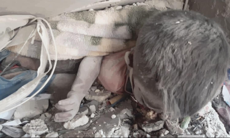 طفل تحت الأنقاض درعا 29 من تموز 2021 (تعديل - عنب بلدي)