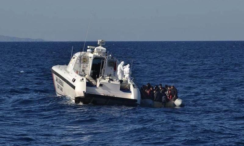 خفر السواحل التركي ينقذ لاجئين قبالة سواحل إزمير (الأناضول)