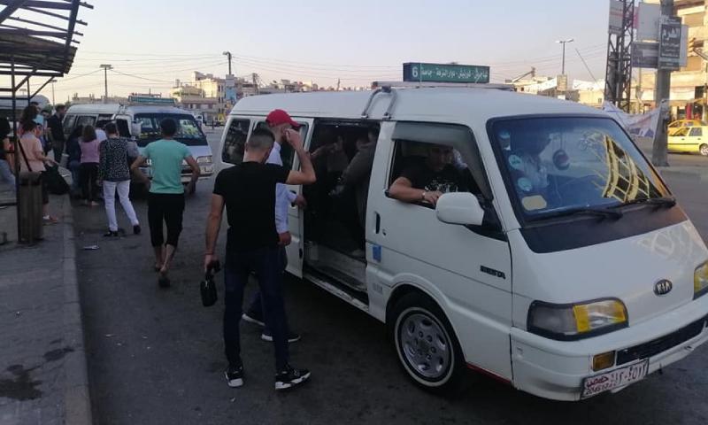 ركاب يصعدون سرفيس في مدينة حمص (تلفزيون الخبر)