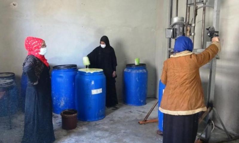 ثلاثة نساء تعمل في معمل المنظفات بمدينة الرقة (بيسان إف إم)