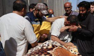 """متطوع في """"الدفاع المدني"""" يودع ابنتيه اللتين فقدهما بقصف لقوات النظام على بلدة بليون جنوبي إدلب (الدفاع المدني)"""