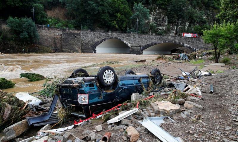 سيارة مقلوبة بسبب الفيضانات في ألمانيا (رويترز)