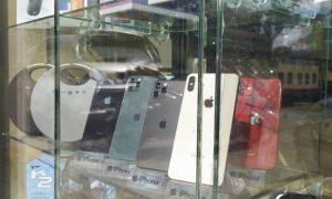 هواتف محمولة في واجهة أحد المحلات بدمشق (الاتحاد)