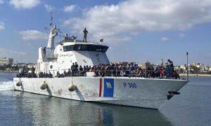 قارب يحمل مهاجرين أُعيدوا إلى ليبيا (IOM)
