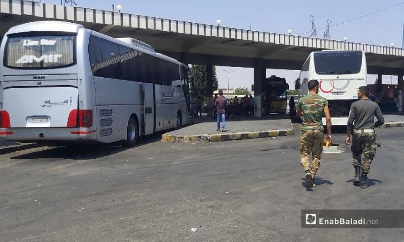 جنديان تابعان لقوات النظام السوري في كراج حمص- 25 تموز 2021 (عنب بلدي/عروة المنذر)