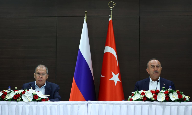 وزيرا الخارجية، الروسي، سيرغي لافروف، والتركي، مولود جاويش أوغلو في أنطاليا التركية في 30 من حزيران 2020 (وزارة الخارجية الروسية)