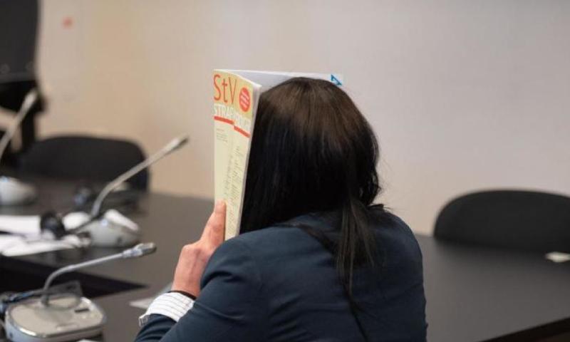 """أرملة مغني الراب السابق دينيس كوسبرت الشهير بـ""""ديسو دوغ""""، أميمة إيه في قاعة المحكمة في مبنى العدالة الجنائية في ألمانيا (dpa)"""