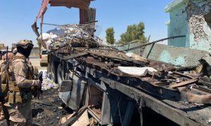 """جنود قيادة العمليات المشتركة العراقية يتفقدون الشاحنة والموقع الذي انطلقت منه الصواريخ باتجاه قاعدة """"عين الأسد"""" العسكرية، في محافظة الأنبار العراقية- 8 تموز 2021 (رويترز)"""