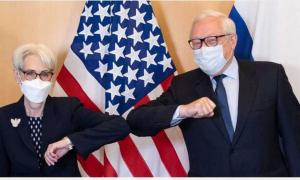 """نائبة وزير الخارجية الأميركي، ويندي شيرمان، ونائب وزير الخارجية الروسي، سيرغي ريابكوف، يترأسان محادثات حول الحوار الاستراتيجي، حساب بعثة الولايات المتحدة في جنيف على """"تويتر""""، 2021."""