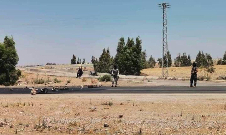 مقاتلون من أبناء مدينة درعا يقطعون الطريق الواصل لمعبر نصيب الحدودي (مصدر محلي)