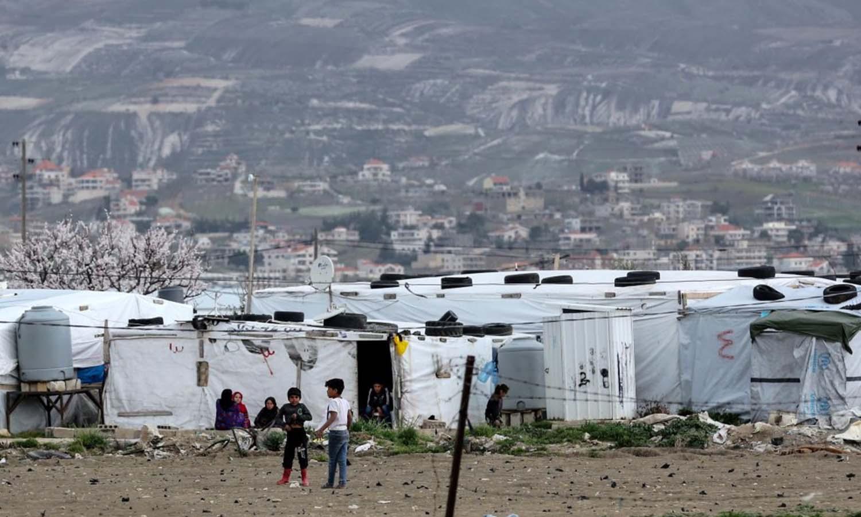 لاجئون سوريون أمام خيام مؤقتة في مخيمات الفايضة قرب زحلة في سهل البقاع، لبنان _آذار 2020 (حماية البيئة)