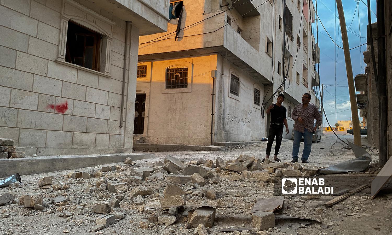 شاب يقف في حي مدمر بعد قصف مدفعي استهدف مدينة الباب - 5 آب 2021 (عنب بلدي / عاصم ملحم)