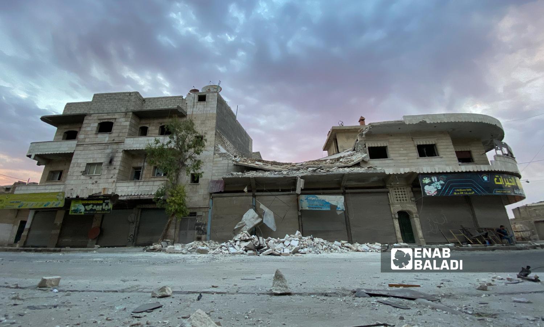 دمار جزئي بأحد الأبنية السكنية بعد تعرضه قصف مدفعي استهدف مدينة الباب - 5 آب 2021 (عنب بلدي / عاصم ملحم)