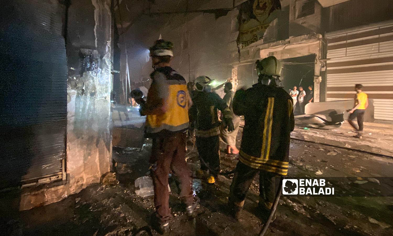 رجال إطفاء يخمدون الحرائق المندلعة إثر قصف مدفعي استهدف مدينة الباب - 5 آب 2021 (عنب بلدي / عاصم ملحم)