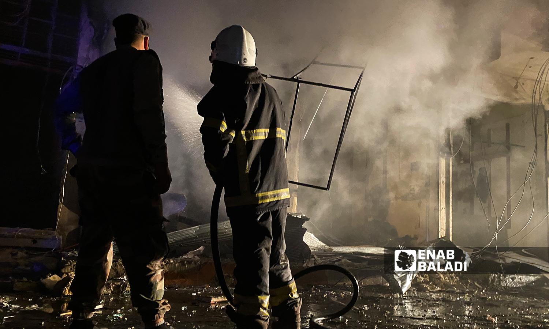 رجل إطفاء يخمد الحرائق المندلعة إثر قصف مدفعي استهدف مدينة الباب - 5 آب 2021 (عنب بلدي / عاصم ملحم)
