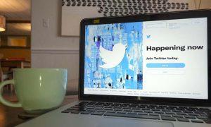 """شاشة كومبيوتر """"تويتر"""" 2 من آب (AP)"""