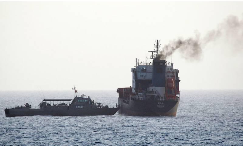 القوات الإيرانية تستقل ناقلة نفط في المياه الدولية في خليج عمان في إطار سلسلة من الحوادث داخل المياه المتوترة- 13 من آب 2020 (AFP)
