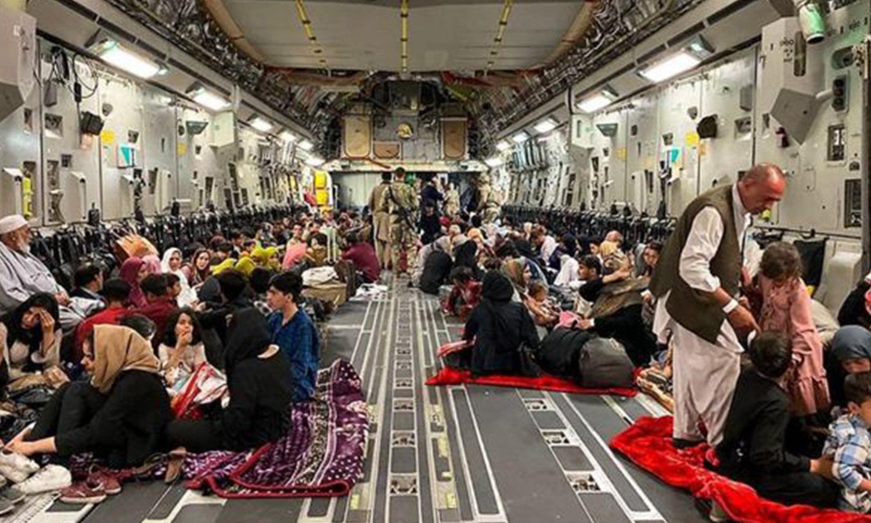 """إجلاء أفغان على متن طائرة بعد تسلم طالبان للسلطة آب 2021 """"Getty Images"""""""