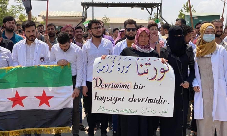 احتجاج على فصل الطبيب، عثمان حجاوي في مارع بريف حلب - 8 من آب 2021 (ناشطون)