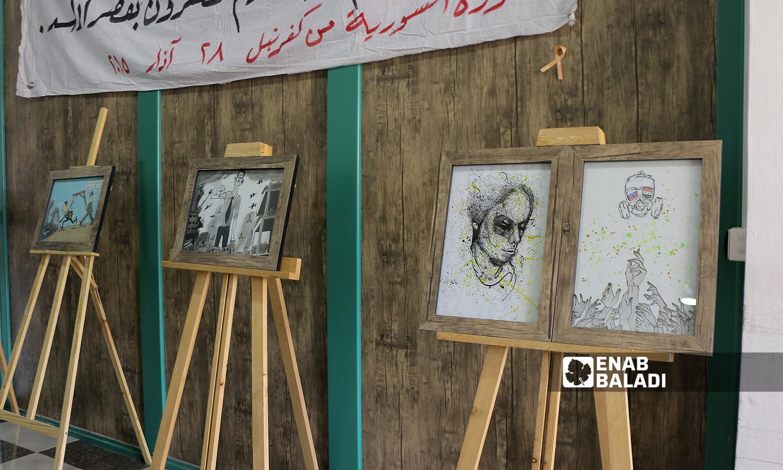 لوحات في معرض فني إحياءً لذكرى مجزرة كيماوي الغوطة الشرقية في مدينة إعزاز - 21 آب 2021 (عنب بلدي - وليد عثمان)