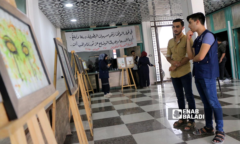 """""""لا تخنقوا الحقيقة"""" معرض فني إحياءً لذكرى مجزرة كيماوي الغوطة الشرقية في مدينة إعزاز - 21 آب 2021 (عنب بلدي - وليد عثمان)"""