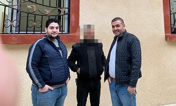 عبد الرحمن خيتي (يسار) بجانب شقيقه رجل الأعمال السوري عامر خيتي أمام شعبة التجنيد في دوما بريف دمشق (الجارديان)