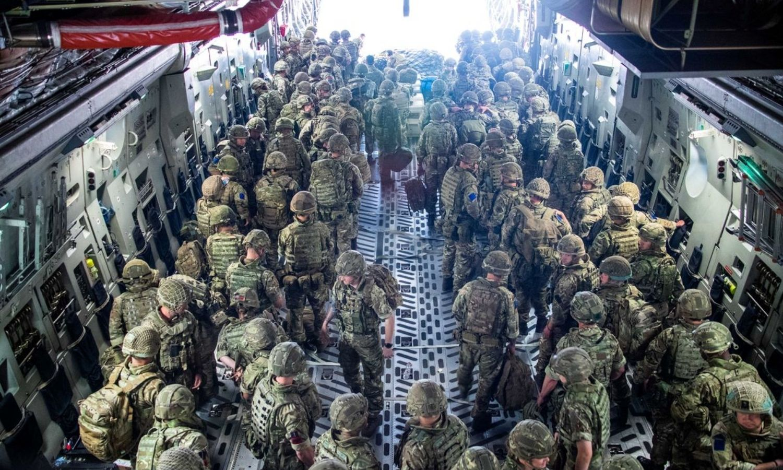 طائرة بريطانية تصل إلى كابول في أفغانستان لمساعدة المواطنين البريطانيين على مغادرة البلاد (رويترز)
