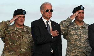 الرئيس الأمريكي جو بايدن (كان نائبًا للرئيس حينها) مع قادة أركان الجيش في قاعدة دوفر الجوية في ديلاوير - 15 تشرين الثاني 2016 (ALEX WONG / GETTY IMAGES)