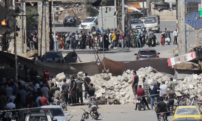 """مدنيون يتجمعون عند حاجز """"السرايا"""" في درعا (نبأ)"""