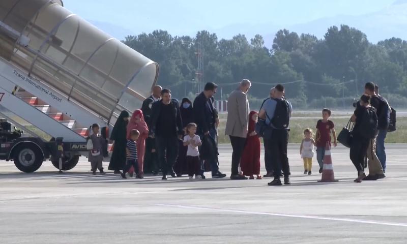 """رئيس الوزراء الألباني يستقبل أطفالًا ونساء من مخيم """"الهول"""" في سوريا (إيدي راما عبر فيس بوك)"""