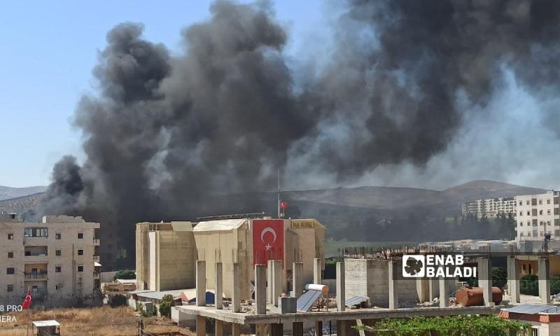 أعمدة دخان تتصاعد بعد استهداف صواريخ لمدينة عفرين شمالي سوريا- 18 آب 2021 (عنب بلدي)