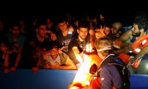 سحب 394 مهاجرًا من قارب مكتظ قبالة تونس بينهم سوريون (رويترز)