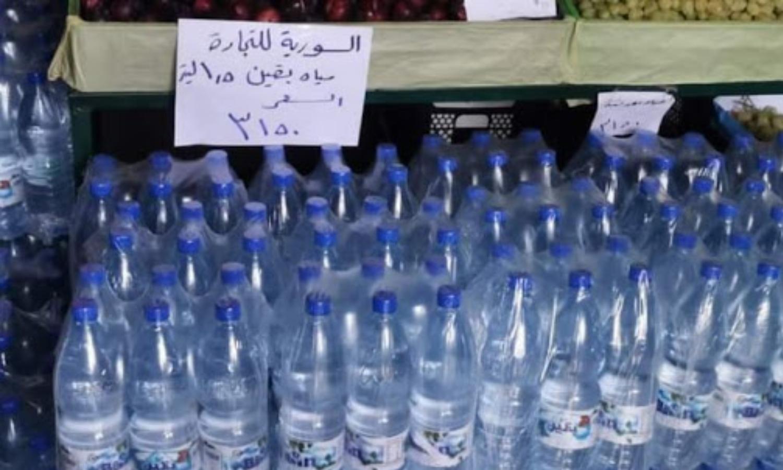 طرد مياه معدنية في صالات السورية للتجارة (المشهد أونلاين)