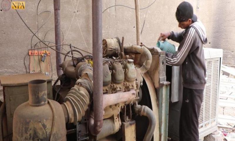 شاب يغذي مولدة كهربائية بالمحروقات في دير الزور (نورث برس)