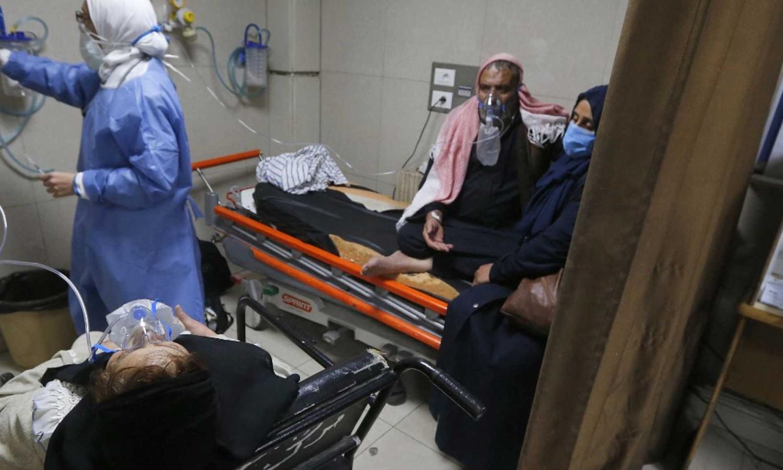 """مرضى """"كورونا"""" في قسم الإسعاف بمستشفى """"المجتهد"""" (AFP)"""